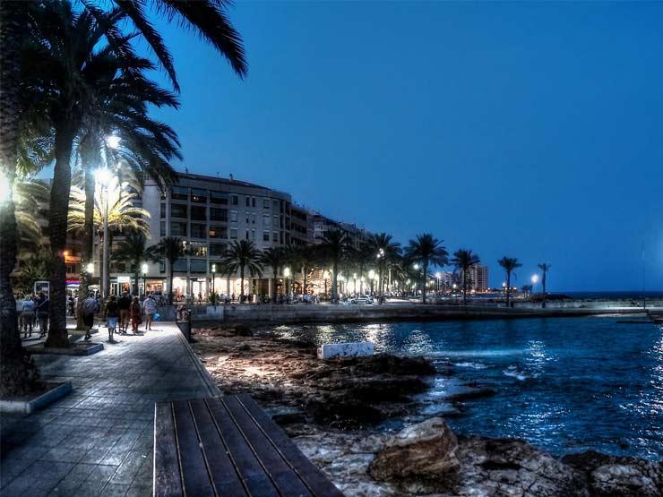Den vackra strandpromenaden i Torrevieja. Foto: